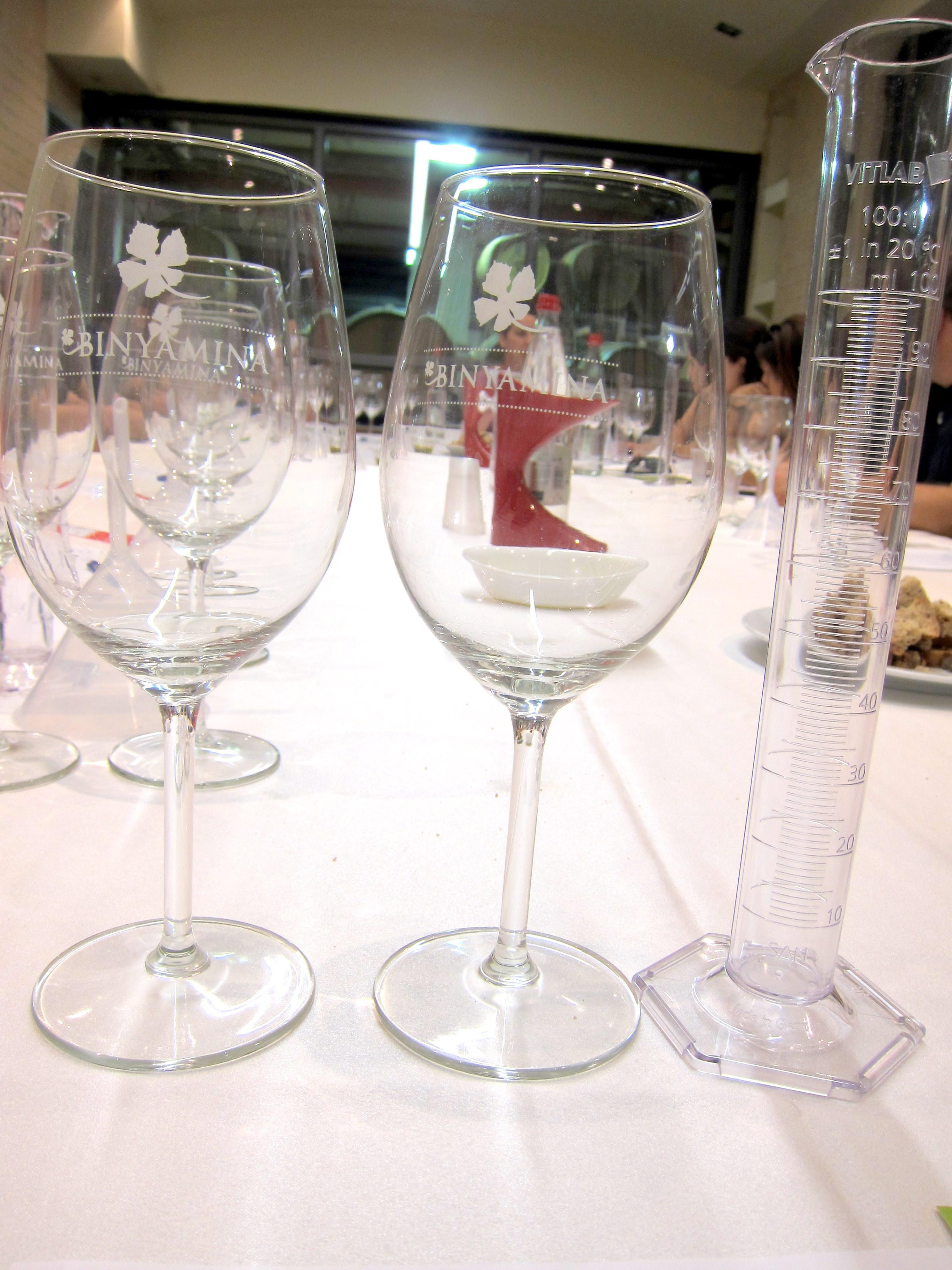 Стеклянный инструментарий = два бокала и градуированная мензурка