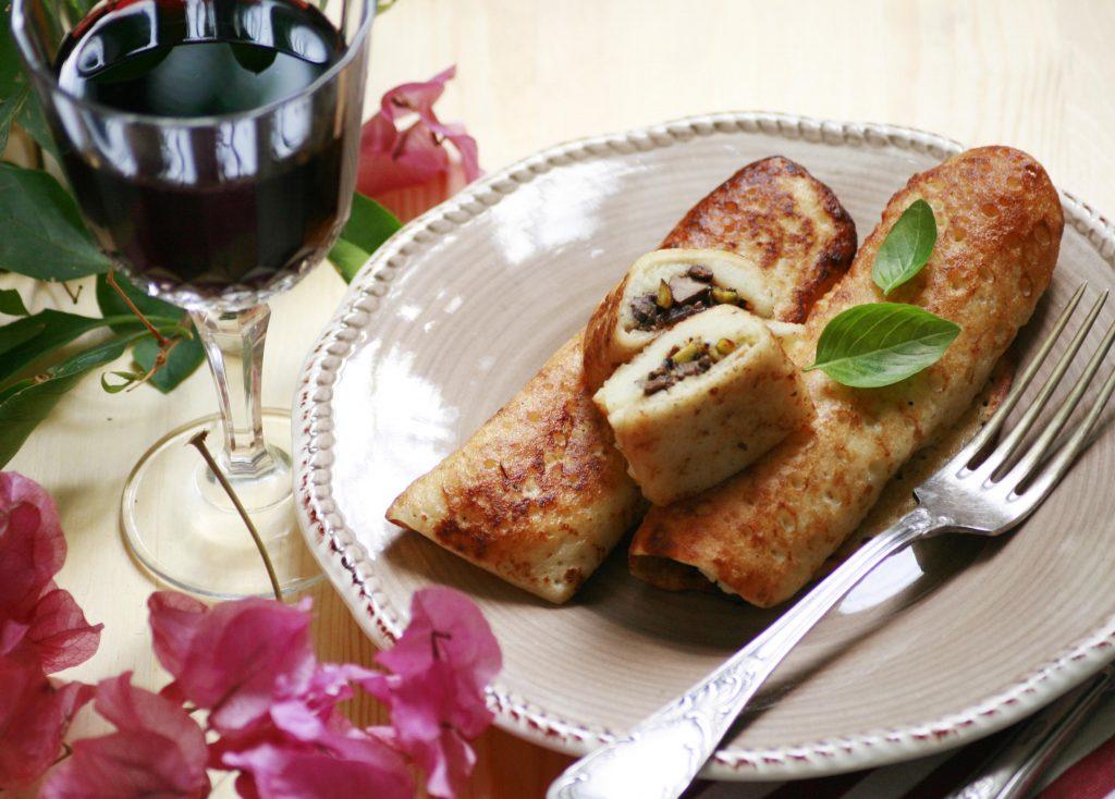 Рецепт: Блинчики с печенью, грибами и фисташками в красном вине с базиликом